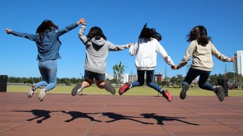 Jeunes sautant en l'air © Image par manseok Kim de Pixabay