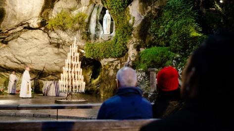 Pèlerins et évêque, à la grotte de Massabielle, au sanctuaire de Lourdes (2019)  ©Guillaume POLI/CIRIC