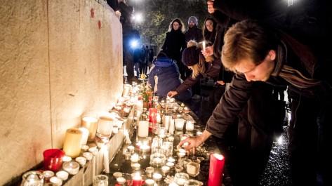 Bougies déposées place de la République à Paris, en hommage aux victimes des attentats terroristes du 13 novembre 2015 (le 13/11/2016) ©Michael BUNEL/CIRIC