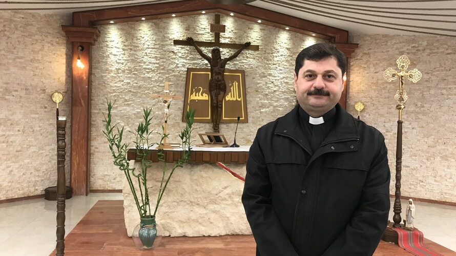 Le curé Abouna Emmanuel dans l'église Al Bichara / ©Etienne Pepin