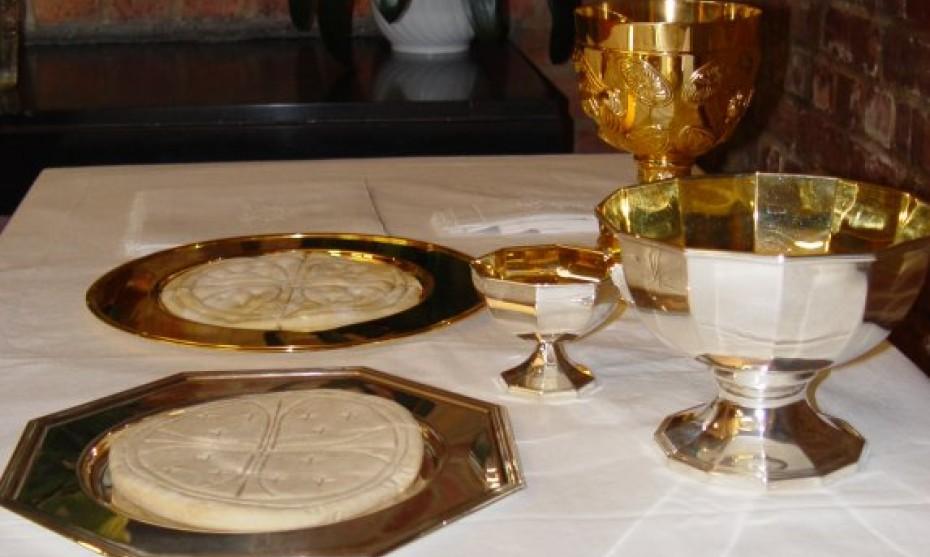Wikipedia- Patènes avec le pain, calice et ciboire sur l'autel.