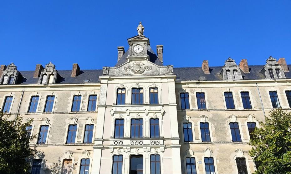 2021 RCF Anjou - Construit dans les années 1860 sur une colline, le collège de Combrée fait plus de 11 000 m².