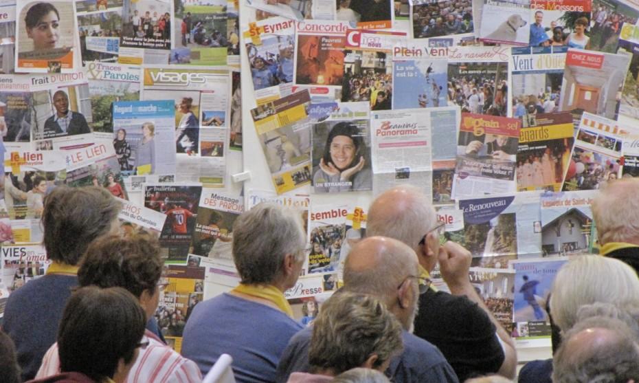 SEDICOM - rédacteurs de journaux paroissiaux en travail devant des unes