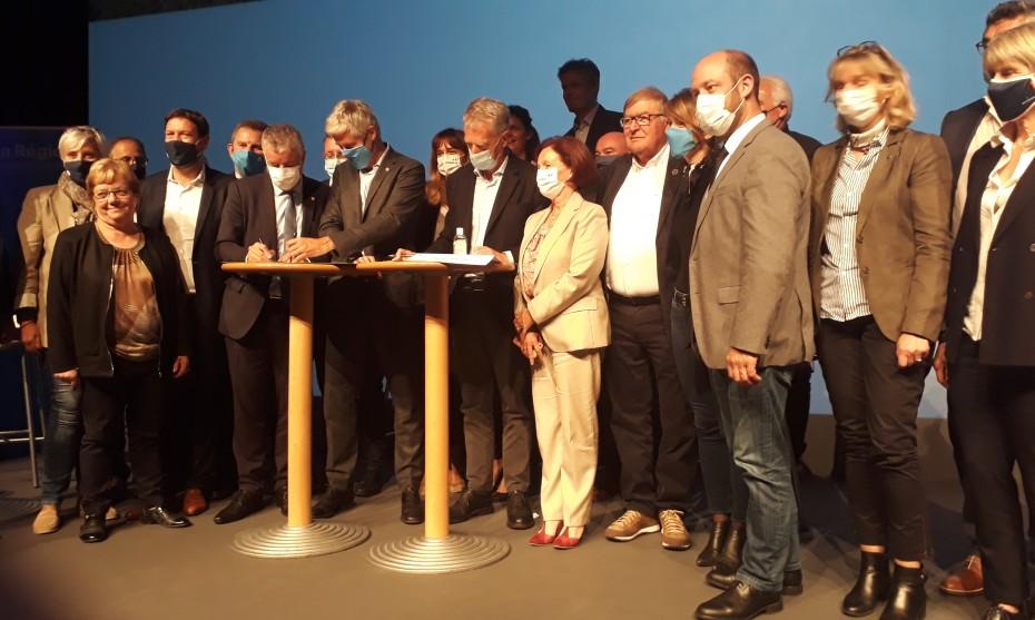©Victorien Duchet - Les élus locaux, régionaux, et parlementaires réunis autour de Laurent Wauquiez à la présentation du Plan Montagne II ce jeudi au Grand-Bornand