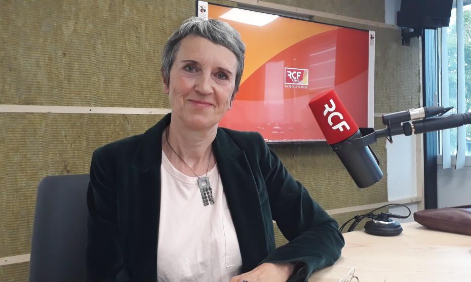Fabienne Grébert, dans les studios de RCF à Annecy. ©Victorien Duchet - RCF Haute-Savoie