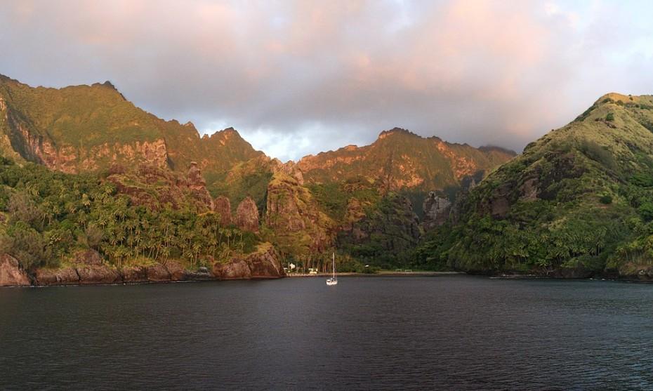 La baie de Hanavave à Fatu Iva, îles Marquises - Wikimédia commons