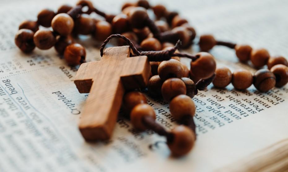 Chapelet et Bible - Photo by James Coleman on Unsplash